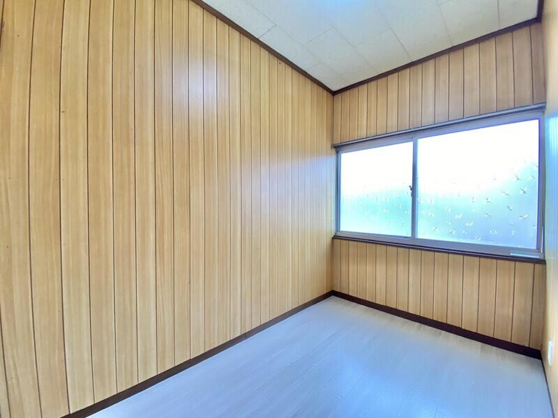 【納戸3.0帖】木目を前面に出した自然テイストのお部屋です♪子供部屋にするか、書斎にするかはアナタ次第ですね♪
