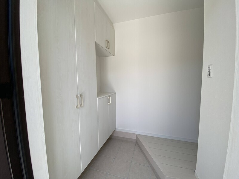 【玄関】玄関には大型のシューズボックス付きで玄関回りもスッキリしそうです。