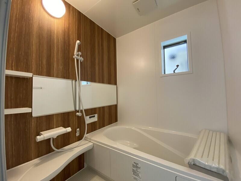 【浴室】浴槽はベンチバスタイプで半身浴ができます♪