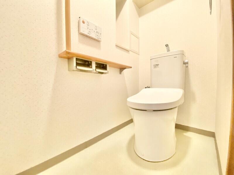 【トイレ】白を基調とした手摺や棚のあるトイレスペース♪ウォシュレットトイレがあればいつも清潔を保てますね♪