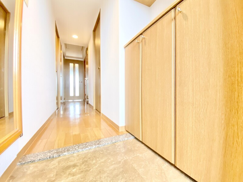【玄関〜廊下】大理石調のタイル、木のシューズBOX、廊下のフローリングがすべて同系色の落ち着いた雰囲気を醸しだす玄関♪