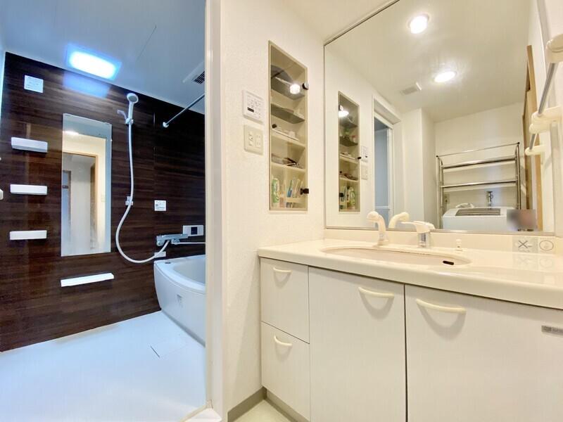 【洗面ルーム】浴室乾燥機パネルのある洗面ルーム♪この広いスペースにシャワー付きの大きな洗面台があれば朝の身支度もスムーズですね♪