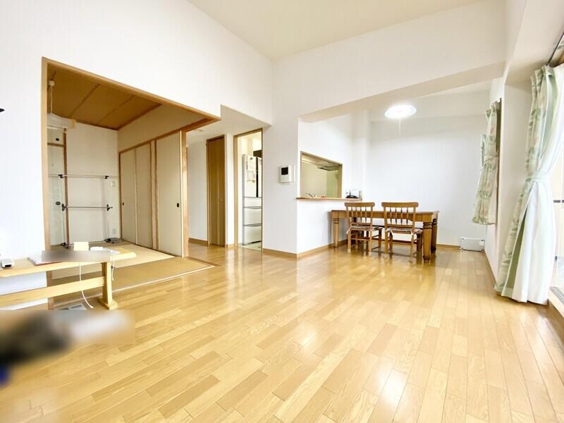 【LDK16.1帖】畳のお部屋と隣り合わせのリビングダイニング♪和室へやキッチンへ移動しやすい間取りです♪