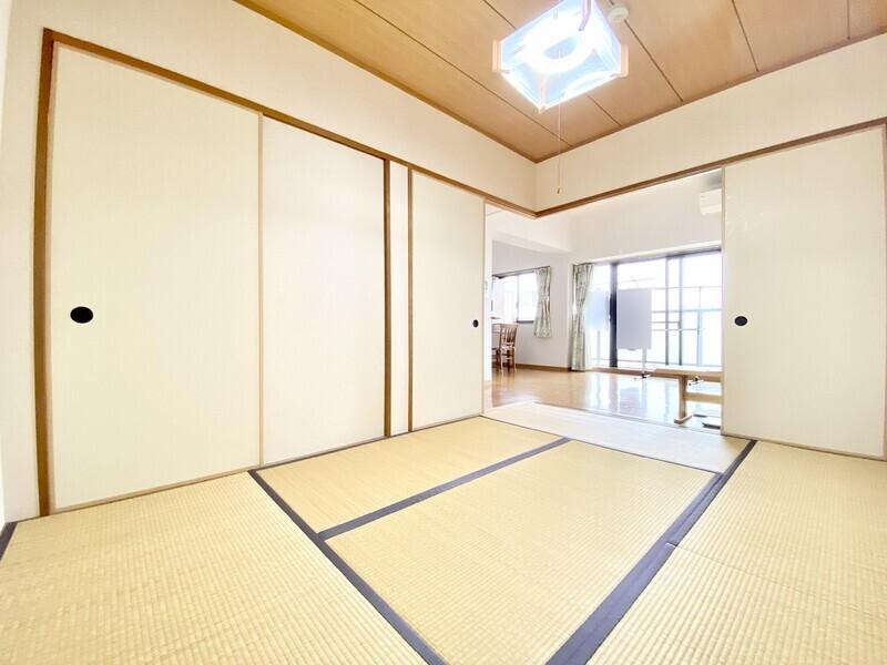 【和室6.0帖】リビングから続く和室です♪襖を閉めればしっかりプライベートを保てます♪畳の上でゆっくりしたい時にお使いください♪