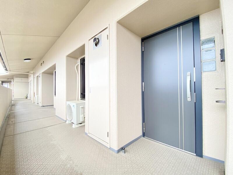 【共用廊下〜玄関】耐震に考慮された玄関ドアへ変更されています♪まさかの時に備えながら気持ちにゆとりを持って暮らしたいですね♪