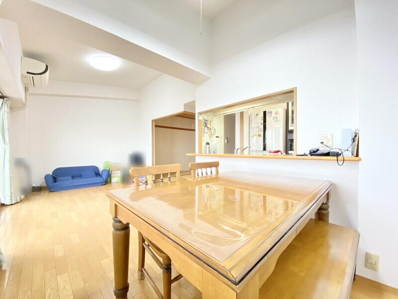 【リビングダイニング】室内大変丁寧に使われています♪和室へやキッチンへ移動しやすい間取りです♪