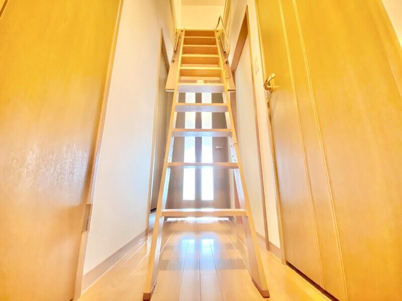 【廊下〜屋根裏収納】梯子をおろせば屋根裏収納へ♪最上階の醍醐味を十分味わってください♪