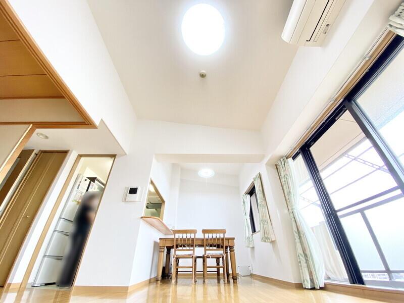 【勾配天井】最大約3.8mの高さがある勾配天井は開放感があります♪天井が高い広々とした空間で毎日快適に過ごしませんか♪