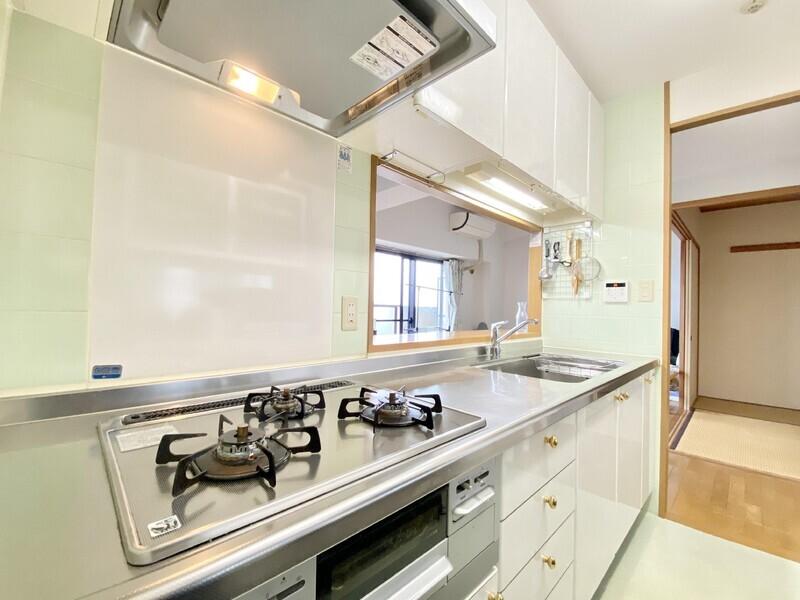 【キッチン】パステルグリーンのタイルが優しい雰囲気のキッチンスペース♪幅広のカウンタートップを使えば調理がはかどりそう♪