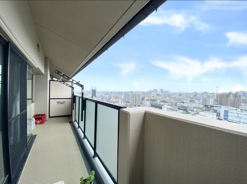 【バルコニー〜住戸からの眺望写真】奥行きのある見晴らしが素晴らしいバルコニーです♪毎日暮らす場所ですから眺望は大事ですよね♪