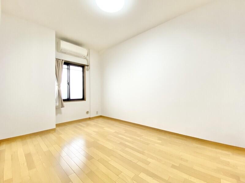 【洋室6.4帖】もう一つの洋室です♪白のクロスとナチュラルなフロアのシンプルな組み合わせ♪どんなインテリアも映えそうですね♪