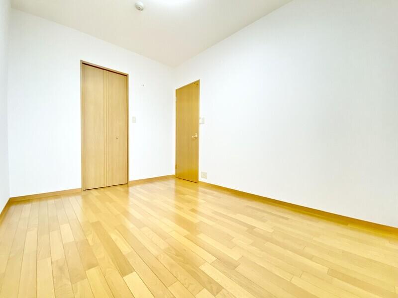 【洋室6.4帖】どんなインテリアも映えそうなシンプルな室内♪もちろんクローゼットもありますから収納もバッチリ♪