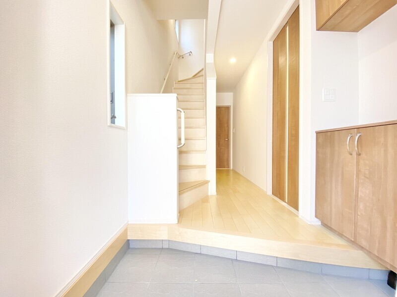【玄関】上品な三和土に大きなシューズBOXが備わる玄関スペース♪いつでも内覧可能です。お気軽にお問い合わせください♪