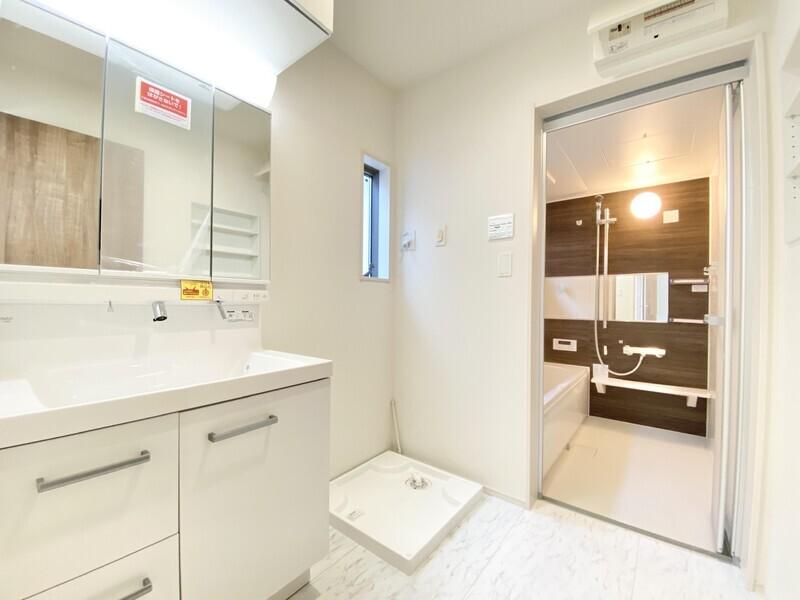 【洗面ルーム】白をベースにした清潔感あふれる洗面ルームです♪窓があるので採光も通気も良好♪いつでも内覧可能です♪お気軽にお問い合わせください♪