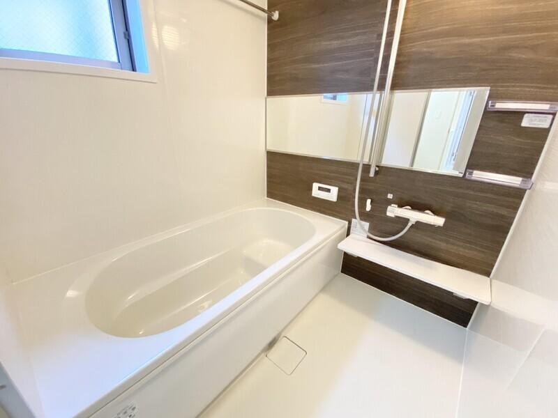 【バスルーム】ウォルナットタイルが上品な空間を創りだしているバスルーム♪半身浴やお子様が安全に座れるようステップバスを採用しました♪
