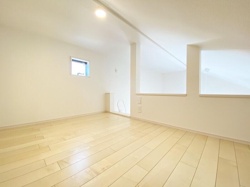 【洋室7.0帖のロフト】勾配天井を利用したゆとりあるスペースのロフト♪いつでも内覧可能です♪お気軽にお問い合わせくださ♪