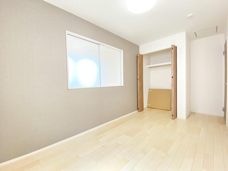 【洋室5.0帖】アクセントクロスが目を引くお部屋には収納スペースもご用意♪お気軽にお問い合わせください♪