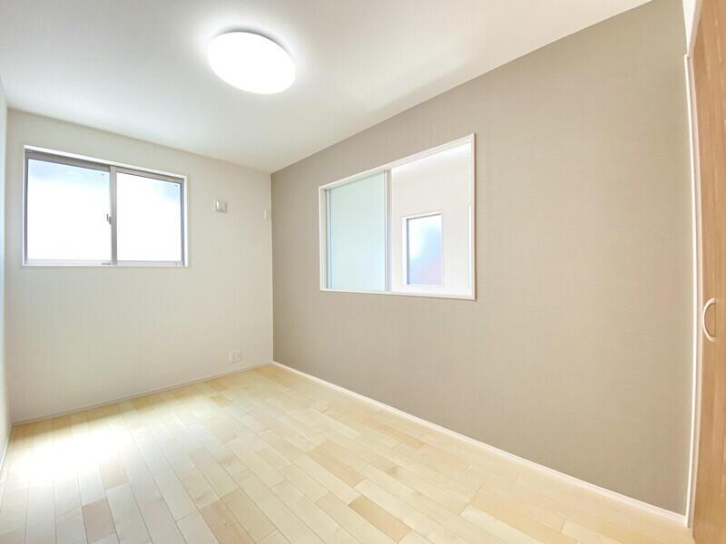 【洋室5.0帖】アクセントクロスが目を引くお部屋♪右側の窓を開ければリビングを見下ろせます♪いつでも内覧可能です♪お気軽にお問い合わせください♪