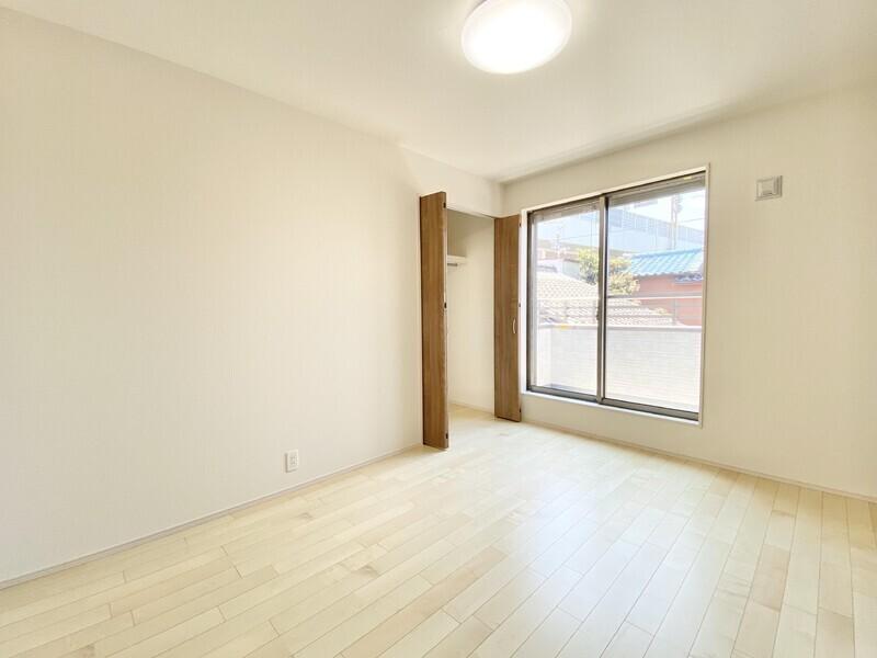 【洋室6.0帖】二部屋に繋がるバルコニーが見えますね♪いつでも内覧可能です♪お気軽にお問い合わせください♪