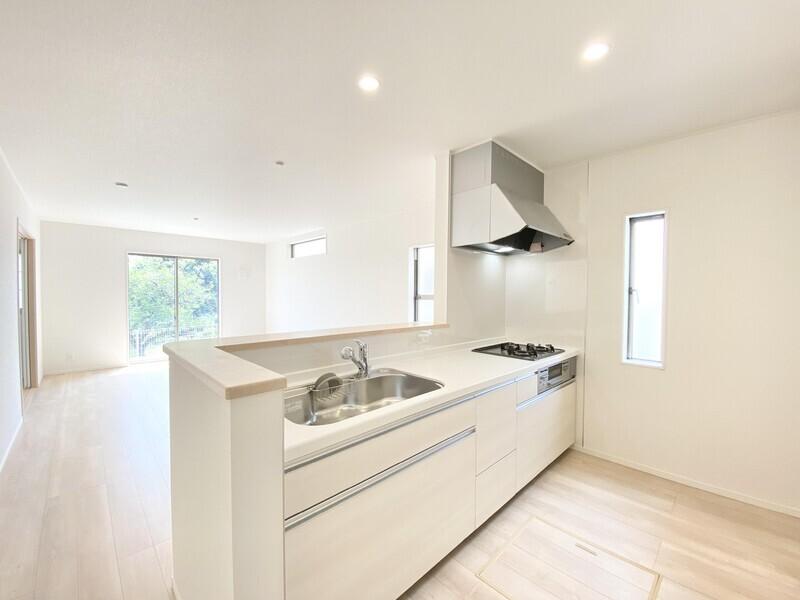 【ダイニングキッチン】玄関同様に優しいベージュ系でまとまったシックなキッチンスペースです。スライド式収納には大きめの調理器具もすっぽり入りますよ♪