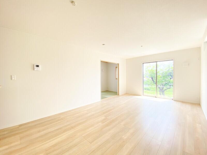 【リビングダイニング】『木』のフローリング×白クロスが室内をより一層広く見せます。18.0帖の広々リビングでご家族の想いでをたくさん作りましょう♪