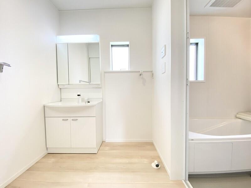 【洗面ルーム】大変広く明るい洗面ルームです。タオル収納や洗濯機を配置してもゆとりあるスペースですよ♪