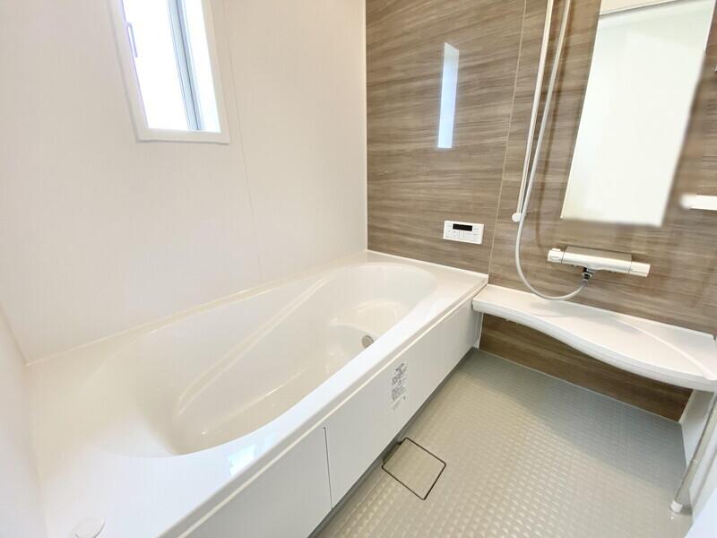 【バスルーム】ウォルナットのタイルが上品なバスルームです。浴室乾燥機や追い炊き機能が快適生活をサポートします♪