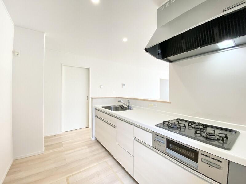 【キッチン】お料理は浄水器兼用混合栓やワイドシンクをお使いください。カウンター越しに家族間のコミュニケーションを深めましょう♪