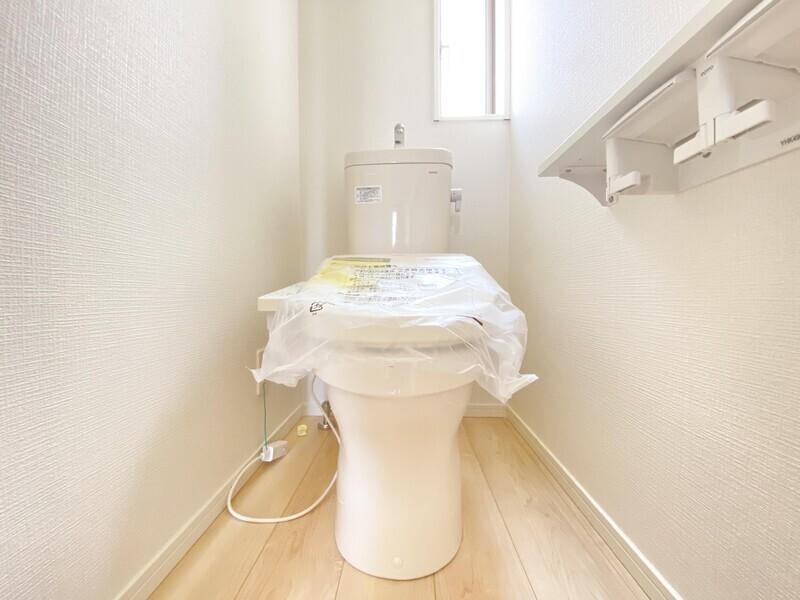 【各階にトイレ】いつも清潔でいたいアナタの為にウォシュレットトイレをご用意しました。明るさと通気に富んだ小窓が嬉しいですね♪