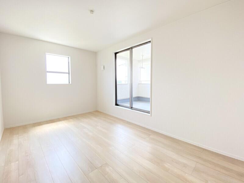 【洋室8.5帖】インナーバルコニーへ出られる、二面採光の明るいお部屋です。大きな窓から差し込む陽光が室内を明るく照らします♪