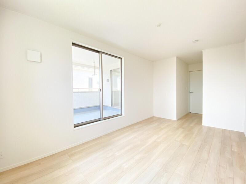 【洋室8.5帖】収納だってバッチリ。クローゼットの大きな扉が主張しすぎないよう壁色に合わせました♪