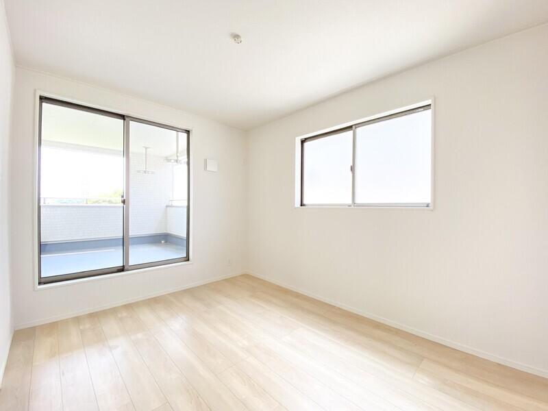 【洋室6.5帖】インナーバルコニーへ出られる、二面採光の明るいお部屋です。大きな窓から差し込む陽光が室内を明るく照らします♪