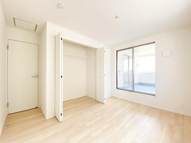 【洋室6.5帖/収納】収納だってバッチリ。クローゼットの大きな扉が主張しすぎないよう壁色に合わせました♪