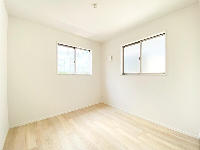 【洋室5.0帖】二面採光の明るいお部屋です。白い壁と木の床のシンプルな組み合わせは、どんなインテリアも合わせやすいですね♪
