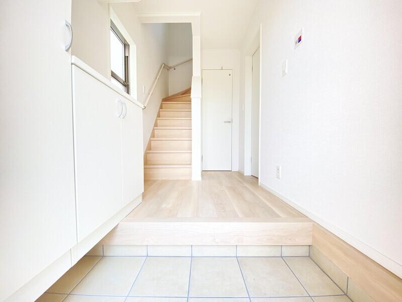 【玄関フロア】白い大きなシューズBOXが備わった玄関フロアです。上がり框が低い、ご家族どなたにとっても優しいお住まいです♪