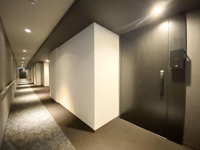 【共有廊下/玄関】ここはホテルですか?内廊下設計に加え上品な色使いがまるでホテルにいるかのよう。いつでも内覧可能です。お気軽にお問い合わせください♪