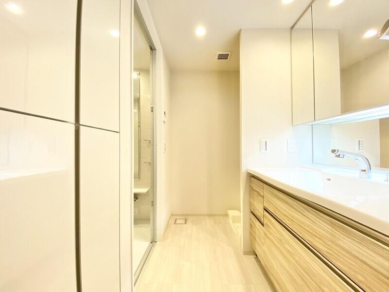 【洗面ルーム】明るさと上品さがコラボした洗面ルーム♪奥行きのある広々とした空間には大きな洗面ボウルの備わった化粧台が♪