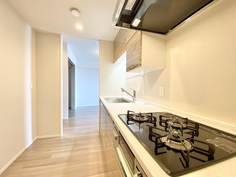 【キッチン】汚れやキズのつきにくいカウンタートップに浄水器兼用混合栓、食器乾燥機など快適さを盛り込んだシステムキッチンです♪