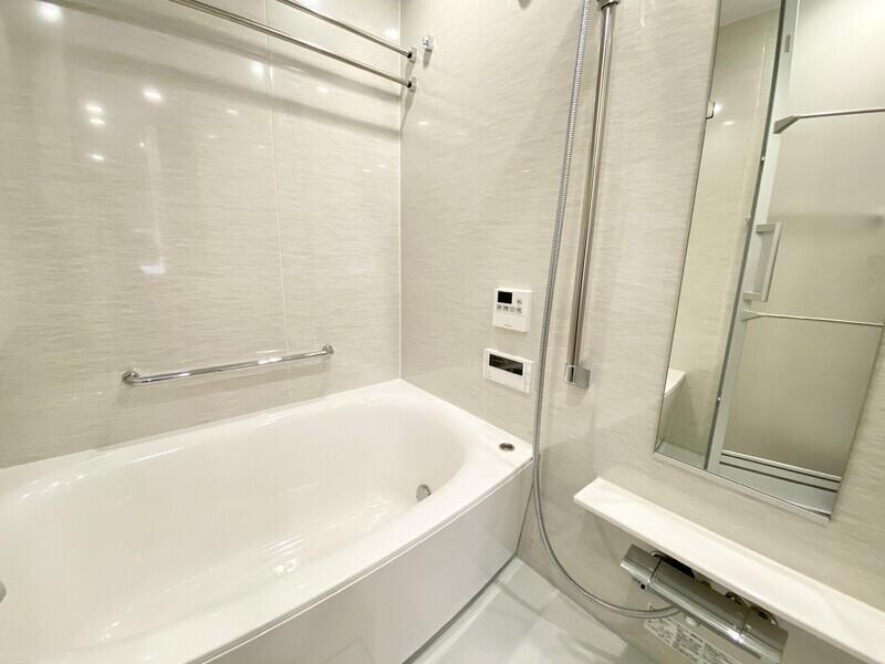 【バスルーム】弓形浴槽のシックなバスルーム♪追炊き機能はもちろん、浴室乾燥機やミストサウナも完備しています♪