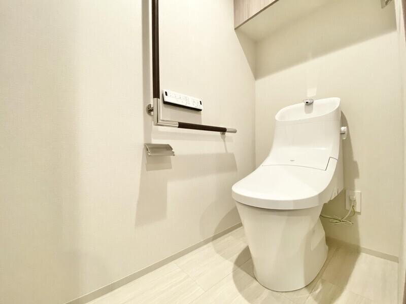 【トイレ】INAX製の温水洗浄便座♪ウォシュレットリモコンと手摺りが壁に付いています♪消耗品等を収納できる棚も設置♪