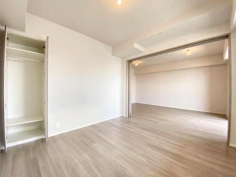 【洋室6.3帖+リビング】1LDKとしても利用可能です♪洋室とリビング・ダイニングの引き戸を開ければ約17.7帖の広々空間が誕生♪