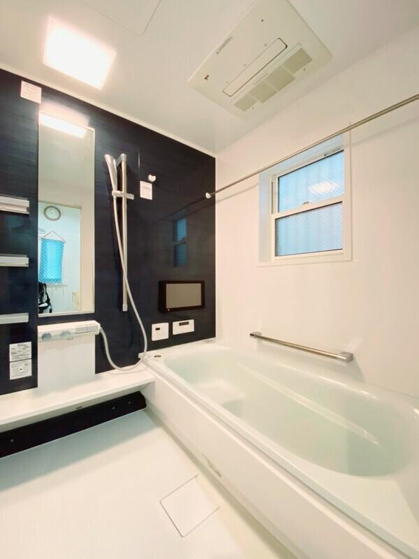 【浴室】広めのお風呂で一日の疲れをとってください