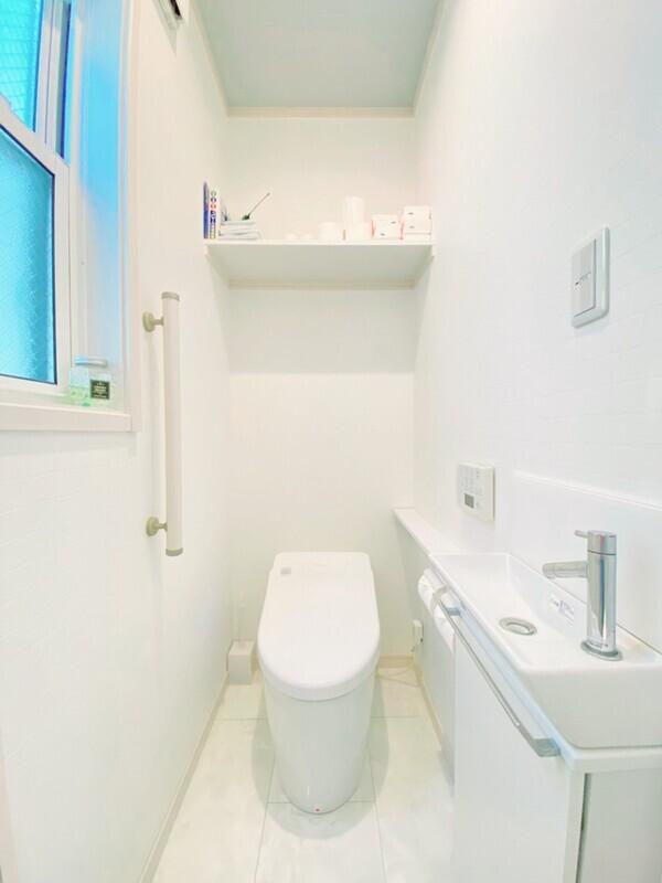 【トイレ】ホワイトが基調の癒しの場、トイレです。手洗い場も付いています